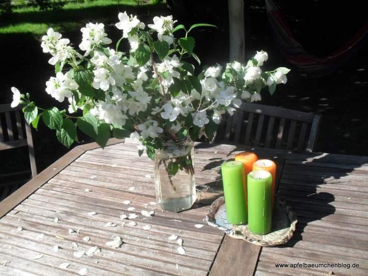 Gartentisch und Kerzen
